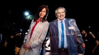Cartazes com imagens de Cristina Kirchner e Alberto Fernández