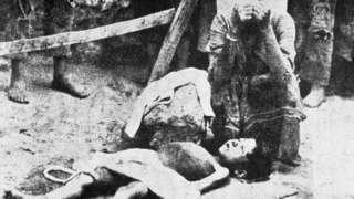 بسیاری از ارمنیها که به دشتهای بایر تبعید شده بودند از گشنگی و تشنگی جان خود را از دست دادند