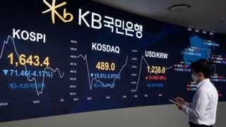 17일 서울 여의도 KB국민은행 스마트 딜링룸에서 장이 열리자 코스피, 코스닥 지수가 3% 넘게 하락한 채 출발하고 있다