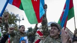 Azerbaiyanos celebrando la victoria tras el final del conflicto.