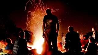 Люди біля вогню