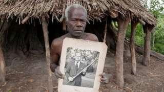 Village elder from Tanna island hold a picture of Britain Prince Philip wia dem dey worship in Yaohnanen, Vanuatu 6 May 2017