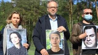 Tổng thư ký kiêm Giám đốc điều hành Tổ chức phóng viên không biên giới (RSF) Christophe Deloire (giữa) cầm ảnh nhà báo Belarus bị giam - Roman Protasevich vào ngày 27 tháng 5 năm 2021