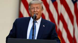 O presidente Donald Trump com a boca meio aberta em pronunciamento na Casa Branca