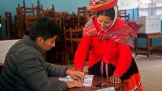 Mujer votando en Perú