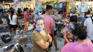 루손 섬 레가스피 지역 주민들이 태풍을 대비해 물건을 사고 있다