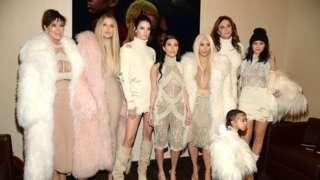 (從左到右):克里斯• 詹娜(母親)、科勒•卡戴珊、肯達爾•詹娜、考特妮•卡戴珊、金•卡戴珊•韋斯特、諾絲•韋斯特、凱特林•詹娜,凱莉•詹娜