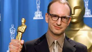 Steven Soderbergh with his Oscar for best director at the 2001 Academy Awards