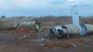 Pedaços de mísseis em área aberta e árida