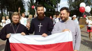Священник Владимир Каминский на акции протеста в Лиде