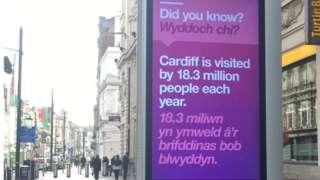 Bwrdd Hysbysebu Digidol ar Heol Eglwys Fair Caerdydd