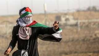Palestinian holding stone at Gaza-Israel border (25/05/18)