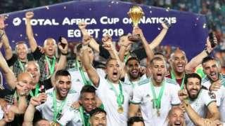 لاعبو الجزائر يحتفلون بالفوز