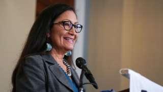 내무장관 후보로 지명된 미국 원주민계 여성 뎁 할랜드(60) 뉴멕시코주 연방 하원의원