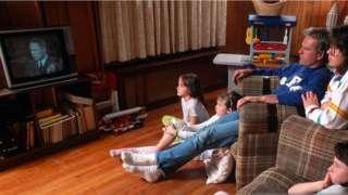 عائلة تشاهد تطورات حرب عاصفة الصحراء على شاشة التلفزيون