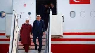 Cumhurbaşkanı Erdoğan, eşi Emine Erdoğan ile Cumhurbaşkanlığı uçağından inerken