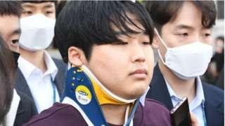 '박사방' 운영자 조주빈이 지난 해 3월 25일 서울 종로구 종로경찰서에서 서울중앙지방검찰청으로 이송되고 있다
