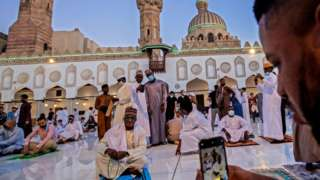 Muslim worshippers for Nigeria take pictures as dem celebrate Eid al-Fitr