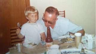 Julie Lindahl com o avô na infância