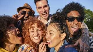 Grupo de jóvenes riéndose.