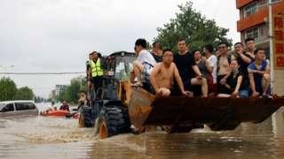 جا به جا کردن افراد به کمک لودر در شهر ژنگژو استان هنان