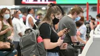 공항에서 대기 중인 승객들