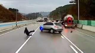 지난 15일 아침 광주-원주 고속도로 동양평 나들목 근처에서 일어난 '블랙 아이스' 도로 사고로 차량 20여 대가 연쇄 추돌했다