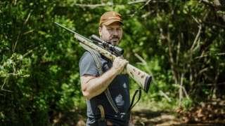 Jon Stokes segura rifle de caça