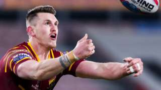 Lee Gaskell about to take a catch for Huddersfield Giants