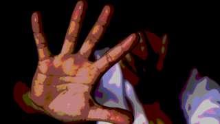 Uma imagem photoshopada mostrando uma mulher cobrindo o rosto e segurando a outra mão