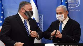 US Secretary of State Mike Pompeo bumps elbows with Israeli Prime Minister Benjamin Netanyahu in Jerusalem (24 August 2020)