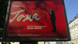 Билборд са рекламом за филм Тома