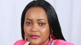 Mwanamke huyu anasema kuwa alikuwa akivuta sigara shuleni wakati walipokuwa nje ya darasa.