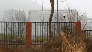Prédio de laboratório chinês sob névoa