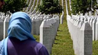 Женщина на кладбище жертв резни в Сребренице в 1995 году