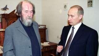 Tổng thống Nga Vladimir Putin trò chuyện với nhà văn Nga Alexander Solzhenitsyn, tại ngôi nhà ngoại ô của Solzhenitsyn gần Moscow vào ngày 20 tháng 9 năm 2000