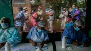 Les gens font la queue pour être vaccinés au Zimbabwe