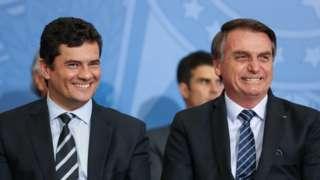 Sergio Moro e Jair Bolsonaro sorriem