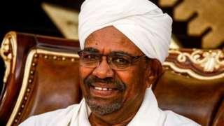 Omar al- Bashir yakuwe ku butegetsi n'igisirikare mu mwaka uheze inyuma y'imyiyerekano y'abanyagihugu yo kwiyamiriza intwaro yiwe