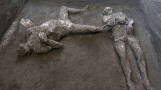 意大利庞贝古城挖掘出两具残骸