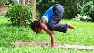 Aline Mazimpaka ariho akora Yoga