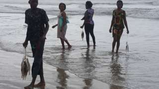 people dey pack dead fish
