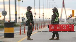 인천 강화군 북한 접경지 교동도로 진입하는 교동대교에서 군 병력들이 검문을 하고 있다