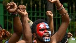 Los manifestantes se pintaron la cara con la bandera Estrella del Amanecer, el símbolo de la independencia de Papúa