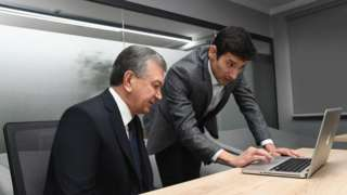 Ноутбукка қараётган Президент Мирзиёев