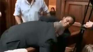 아자마티를 끌어내는 경비원의 모습이 찍힌 영상