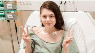 在医院病床上的费尔南达·马丁内斯(Fernanada Martinez)摆出胜利手势