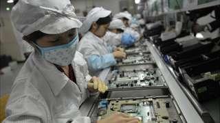 Trabajadoras de producción en línea de electrónicos en la planta de Foxconn