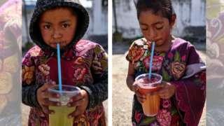 Niños de Chiapas bebiendo un refresco