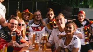 Cổ động viên tại quán bia ở Cologne, Đức xem trận Pháp Đức.